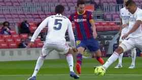 Messi pidió penalti de Casemiro pero el brasileño había tocado balón