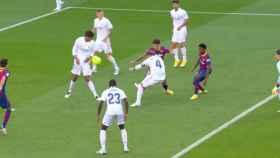 El Barça pidió penalti de Varane