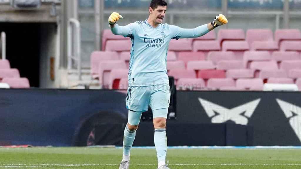 Courtois celebra un gol del Real Madrid