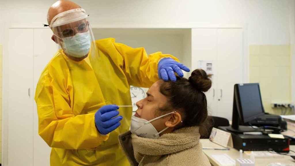 Un médico haciendo una pcr en un hospital de Barcelona.