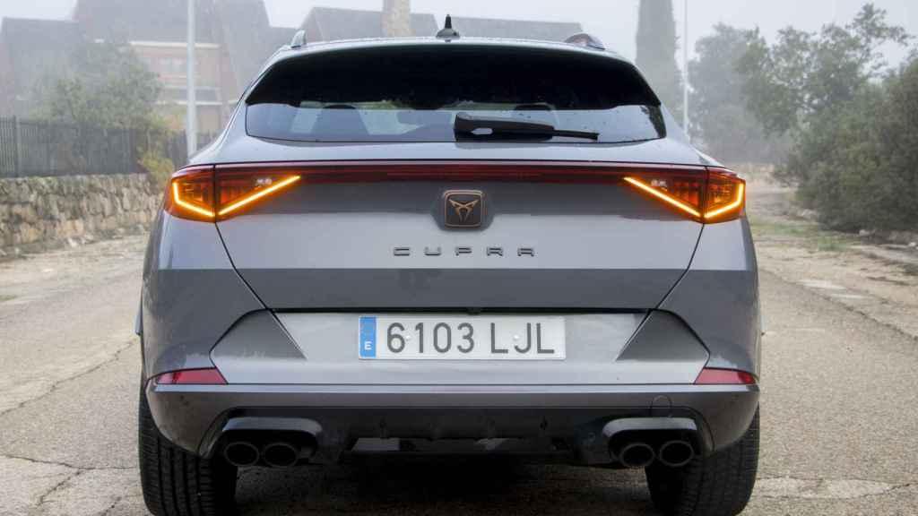 Como curiosidad Cupra ha decidido no incluir el nombre del modelo en el portón.