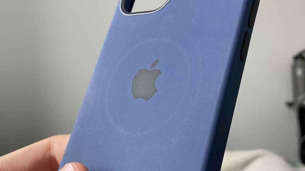 Marcas en una funda dejadas por el cargador MagSafe de Apple