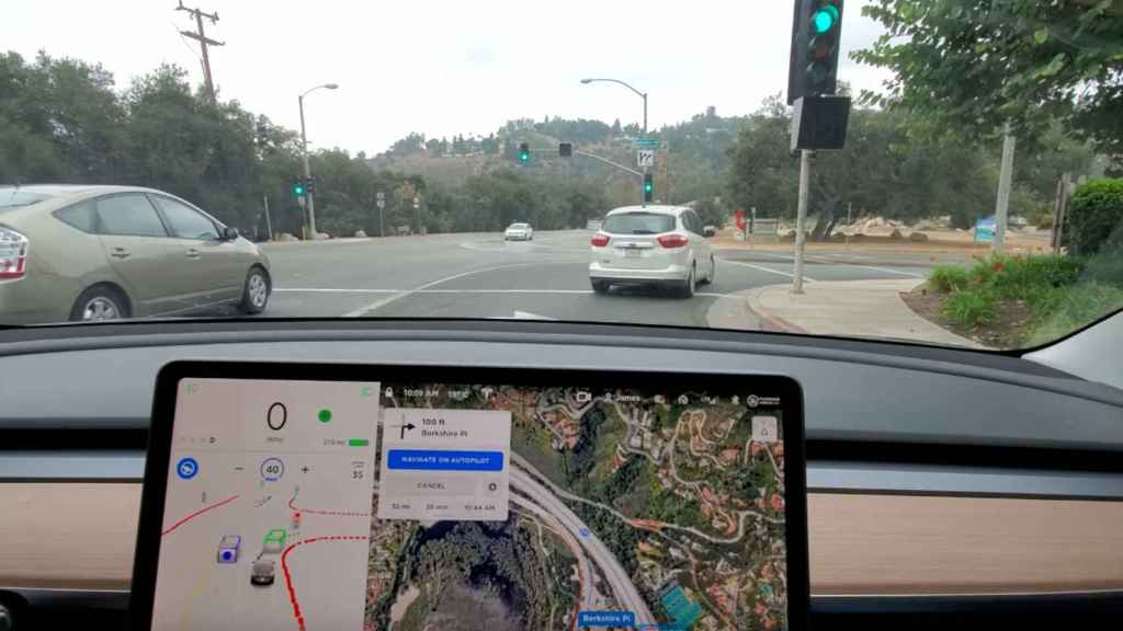 Tesla conduciendo en modo autónomo
