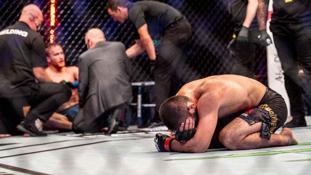 Khabib rompe a llorar tras ganar a Gaethje
