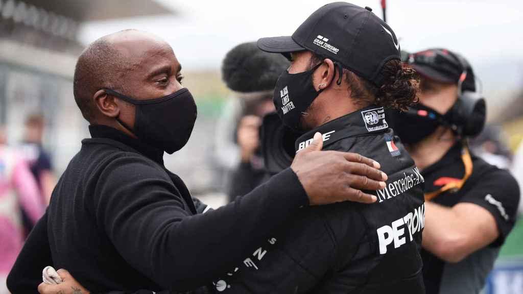 Lewis Hamilton abraza a su padre, Anthony Hamilton