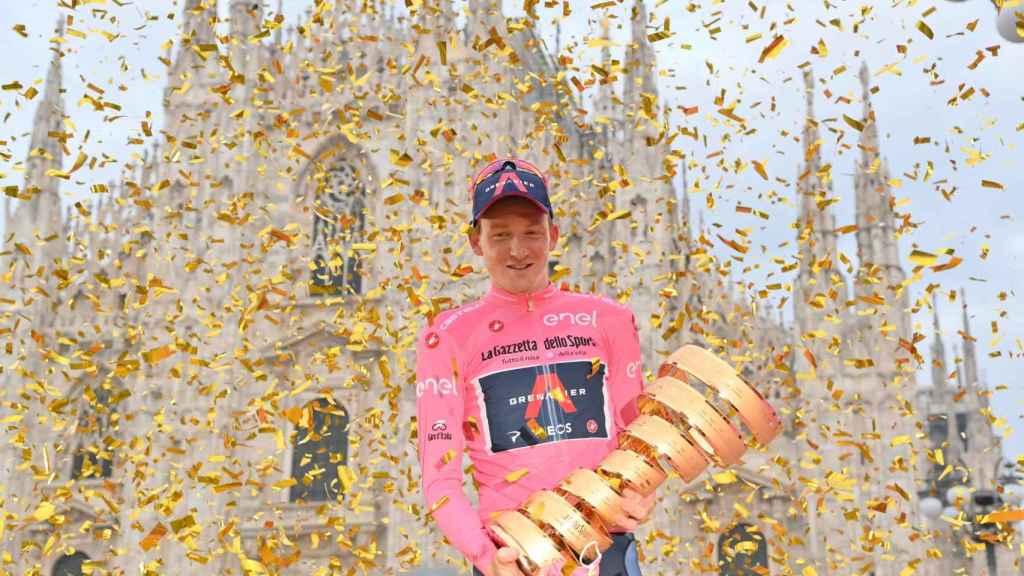 Tao Geoghegan Hart celebra su victoria en el Giro de Italia 2020