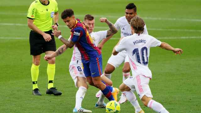 Philippe Coutinho durante El Clásico rodeado de jugadores del Real Madrid