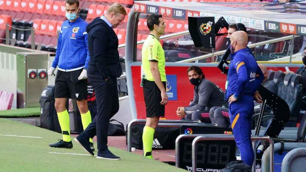 Ronald Koeman se resigna mientras el árbitro revisa la jugada en el VAR durante El Clásico
