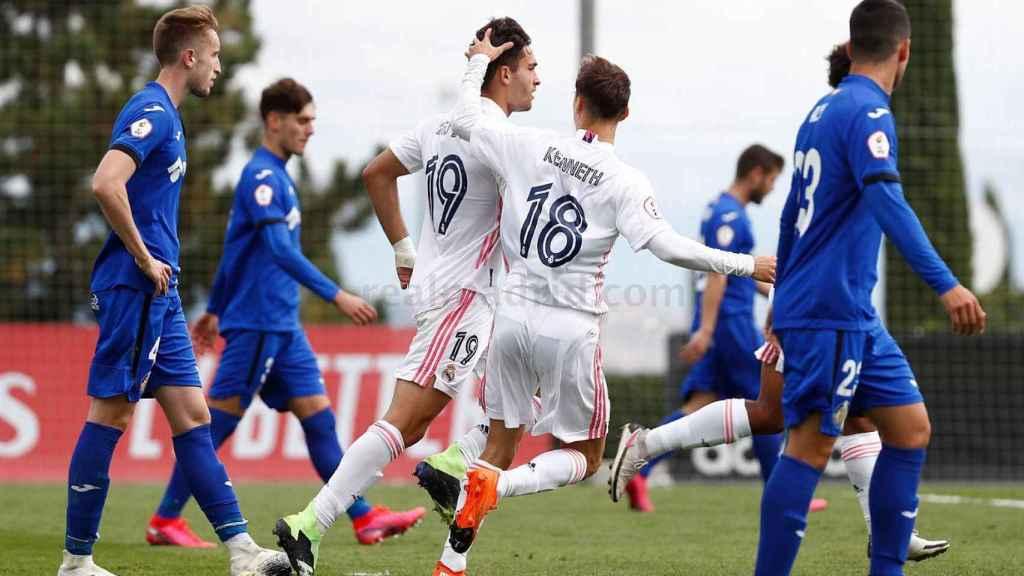 Hugo Duro y Kenneth Soler celebran el gol del Real Madrid Castilla ante el Getafe B