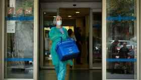 Una profesional sanitaria sale del Centro Atención Primaria de Manso de Barcelona.