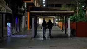 Dos jóvenes regresan a su casa, en una conocida zona de ocio de Valencia.