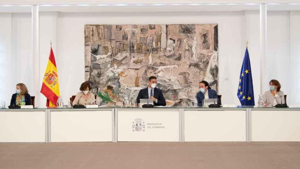 Imagen del Consejo de ministros de este domingo. En el centro, Pedro Sánchez. A la izquierda, Nadia Calviño y Carmen Calvo. A la derecha, Pablo Iglesias y Teresa Ribera.