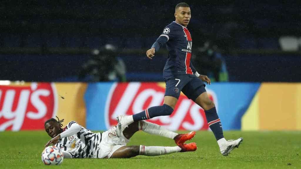 Kylian Mbappé, contra Aaron Wan-Bissaka en el PSG - Manchester United de Champions League
