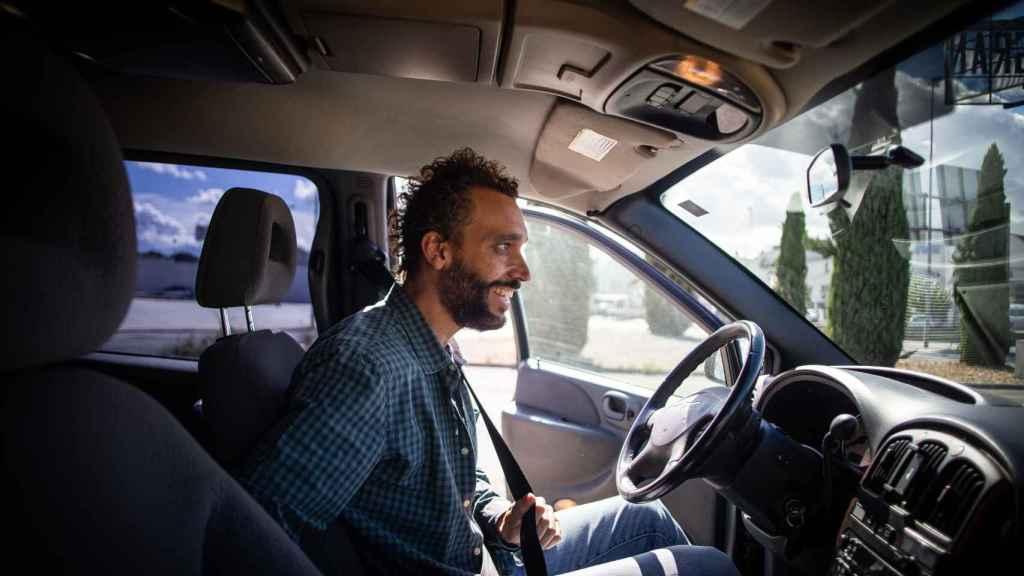 El doctor Candel conduciendo por las calles de Granada.