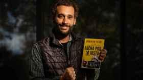 Spiriman posando con su libro 'Lucha por lo Justo'