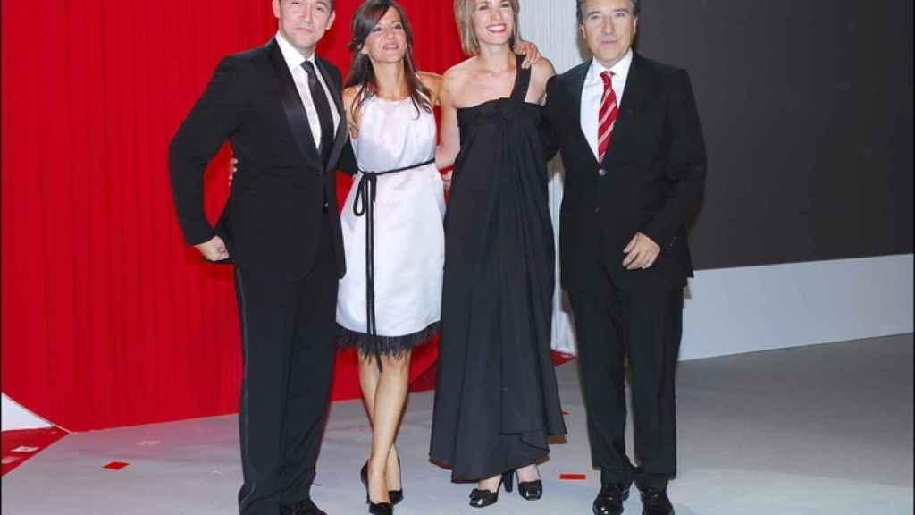 Los presentadores de Noticias Cuatro en 2006. A la derecha, Intxaurrondo y Gabilondo.