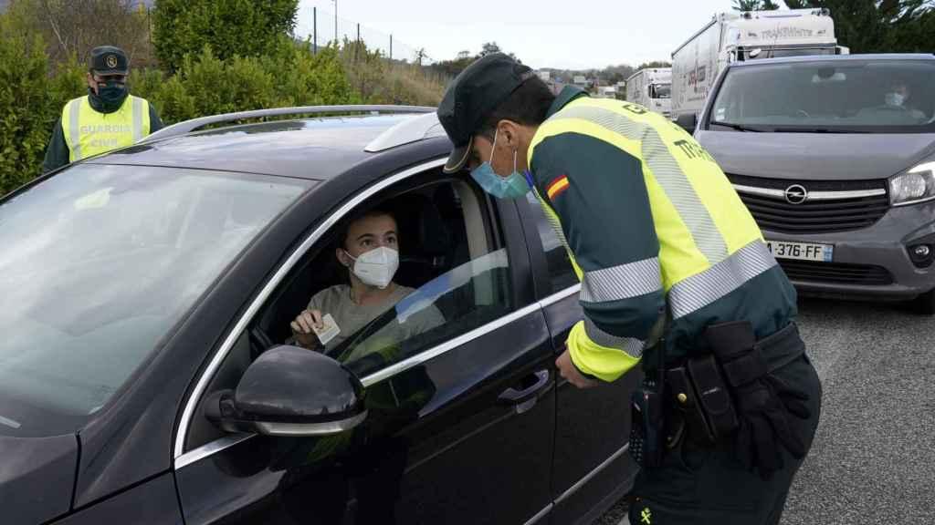 Un Policía pide la documentación a un ciudadano que se mueve entre comunidades.