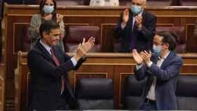 Pedro Sánchez y Pablo Iglesias se aplauden mutuamente en el Congreso.