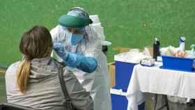Una mujer es sometida a una prueba PCR en un dispositivo instalado en Vizcaya.