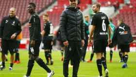 Marco Rose, entrenador del Borussia Monchengladbach, junto a sus jugadores