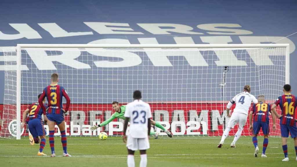 Sergio Ramos lanza el penalti en el último Clásico