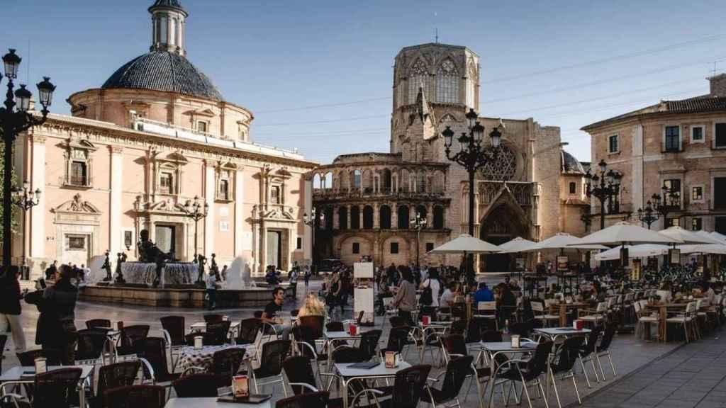 Terrazas de bares en la Plaza de la Virgen de Valencia. EE