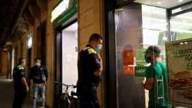 Los policías ordenan al establecimiento que debe de cerrar en orden al toque de queda.