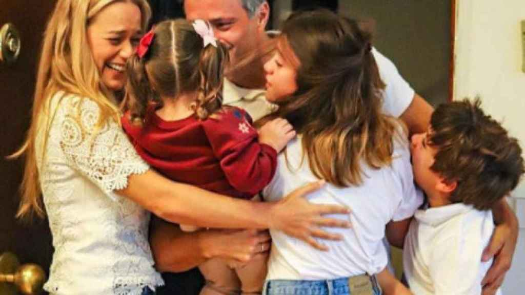 Leopoldo López abraza a su familia a su llegada a Madrid.