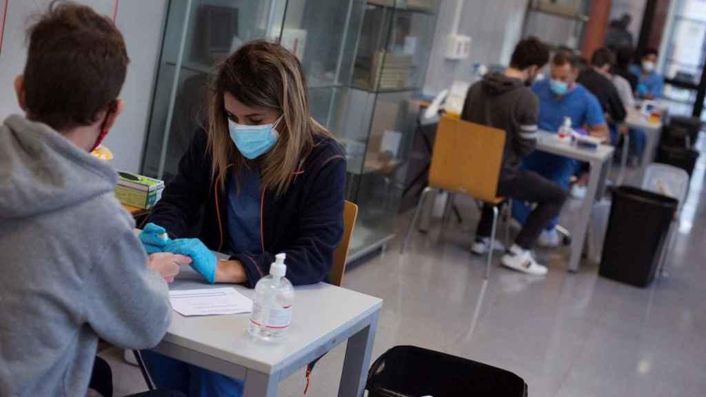 Un estudiante se realiza una prueba en el Edificio Politécnico del Campus de Orense.