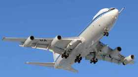 Un avión en plena maniobra de despegue.