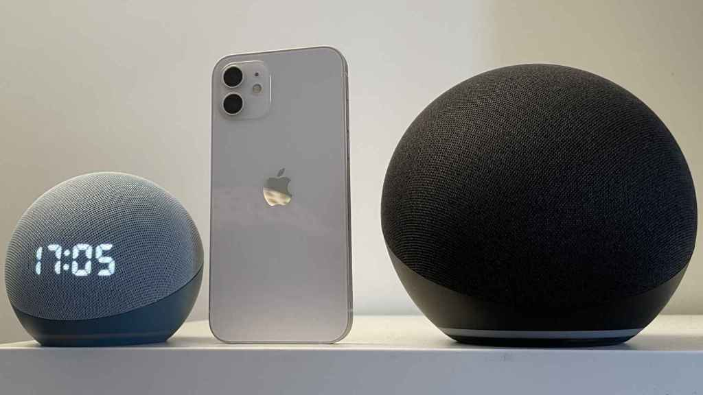 Amazon Echo Dot junto al iPhone 12
