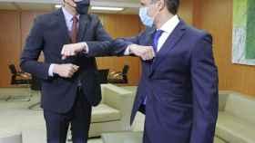 El presidente del Gobierno y secretario general del PSOE, Pedro Sánchez (i) y el opositor venezolano Leopoldo López.