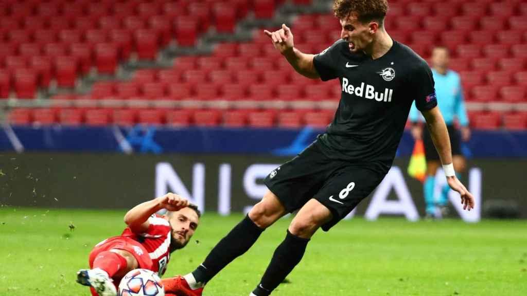 Koke peleando un balón ante el Salzburgo