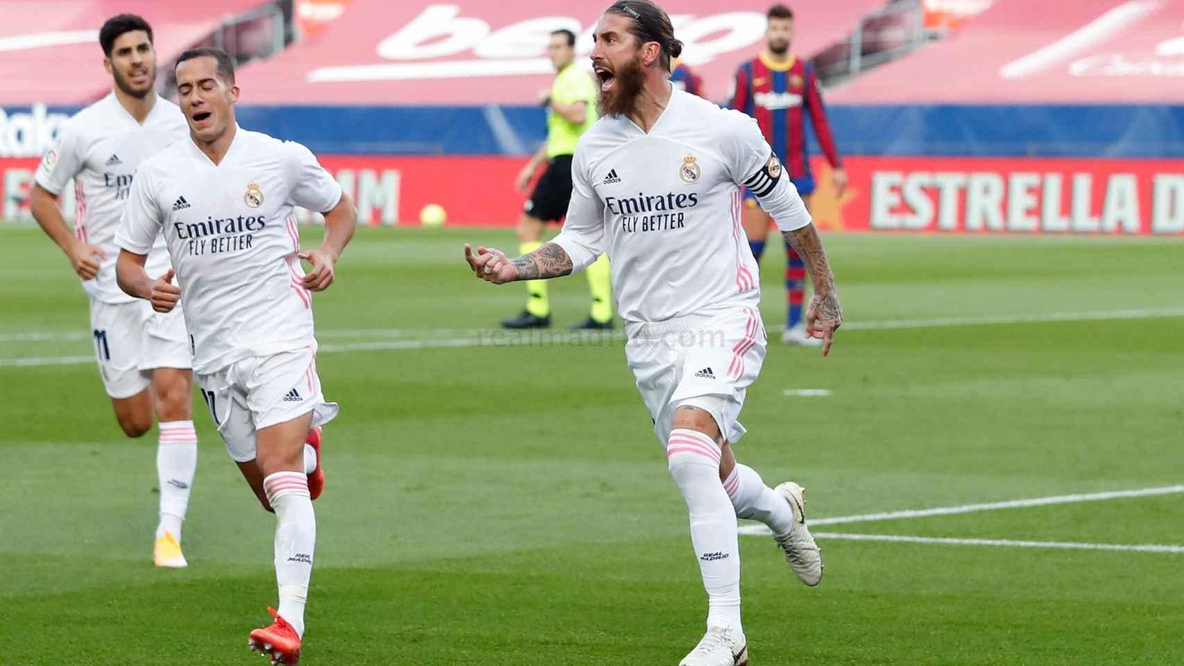 Lucas Vázquez celebra el gol de Ramos