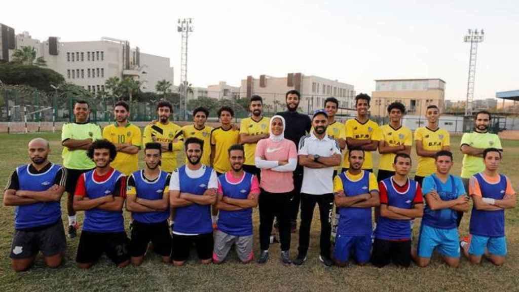 Faiza Heidar, junto a su equipo de la Cuarta División de Egipto