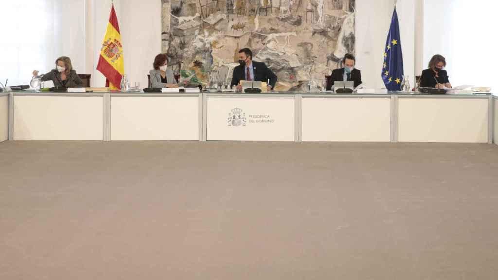 Pedro Sánchez, entre sus vicepresidentes Carmen Calvo y Pablo Iglesias, en el Consejo de Ministros.