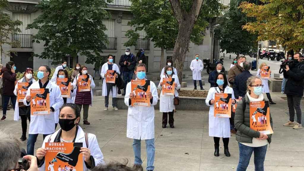 Un grupo de médicos concentrados frente al Congreso de los Diputados.