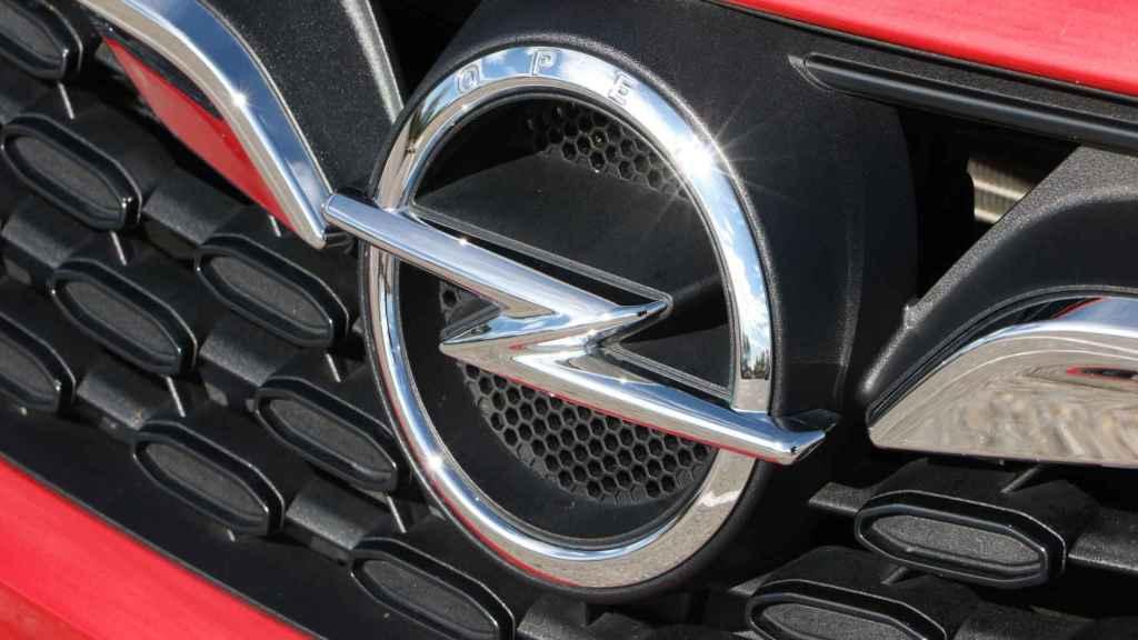 Emblema de Opel en el frontal del Astra, que recibe un nuevo diseño.