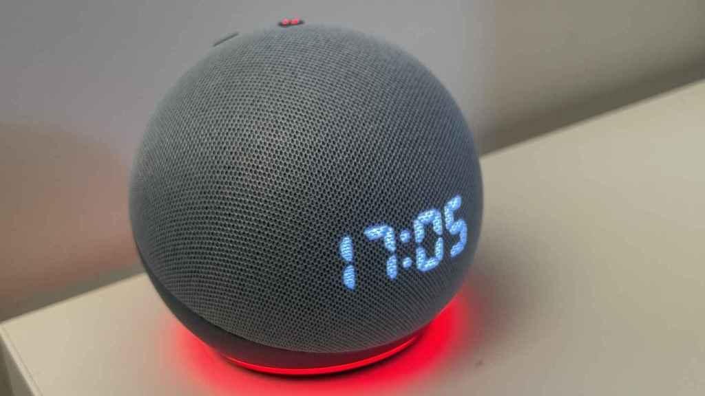 Amazon Echo Dot con reloj.