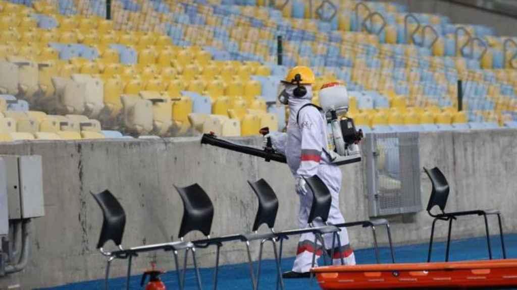 Desinfección de un estadio de fútbol