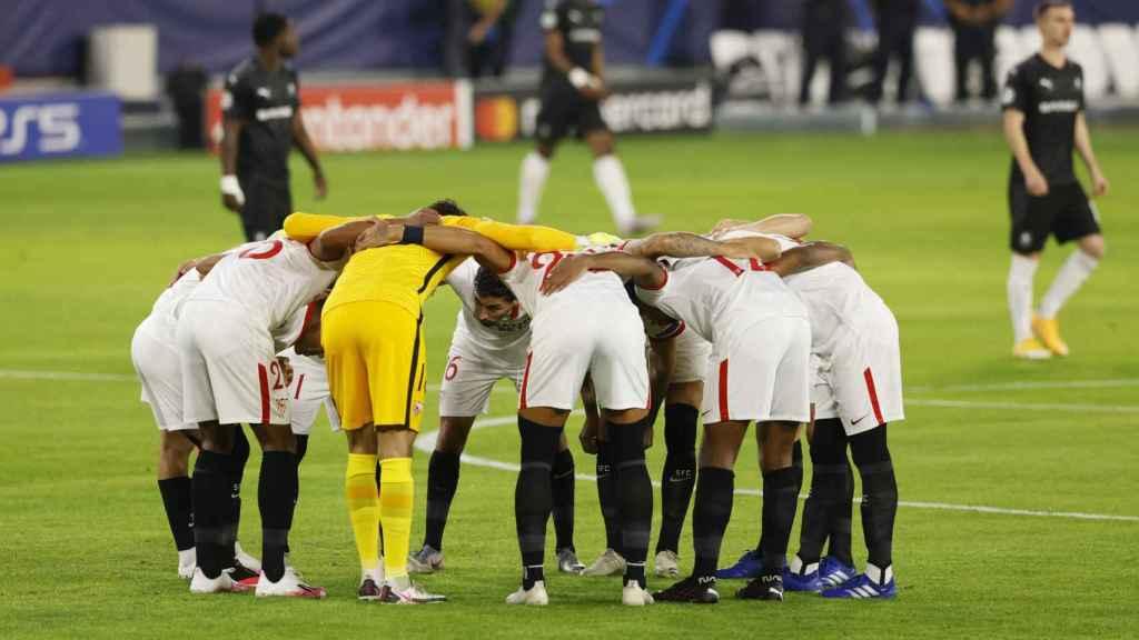 Piña de los jugadores del Sevilla antes del partido ante el Rennes de la Champions League