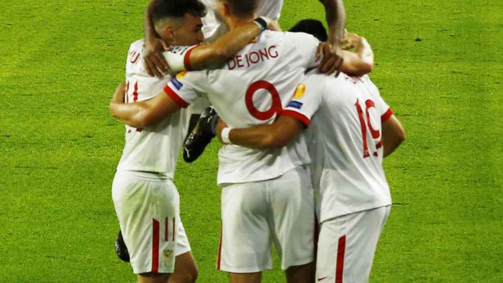 Piña de los jugadores del Sevilla para celebrar el gol de Luuk de Jong en la Champions League