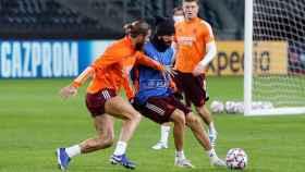 Sergio Ramos y Karim Benzema entrenando sobre el Borussia Park