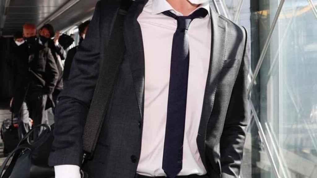 Toni Kroos, en el vuelo del Real Madrid hacia Monchengladbach. Foto: Twitter (@ToniKroos)