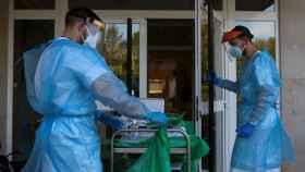 Dos sanitarios trabajan en una residencia de mayores de Orense.
