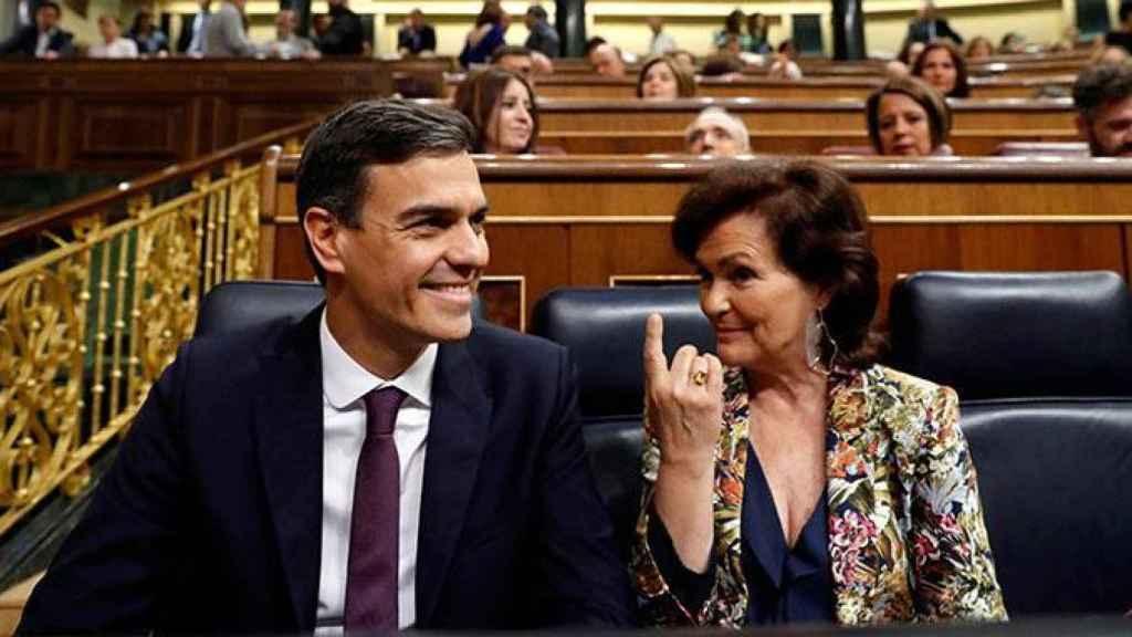 Pedro Sánchez, presidente del Gobierno, y su vicepresidenta primera, Carmen Calvo.