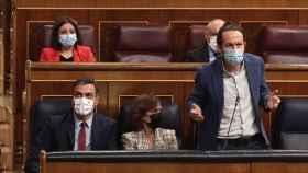 El vicepresidente segundo del Gobierno, Pablo Iglesias, en el Congreso junto al presidente, Pedro Sánchez.