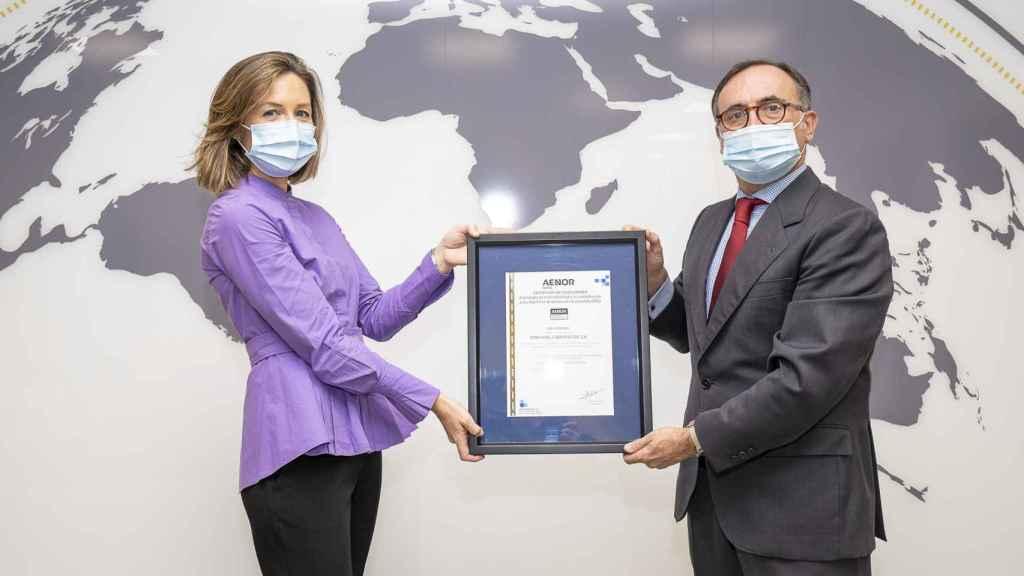 En la imagen, Ana Peña, Gerente de Cambio Climático, Medio Ambiente y Calidad de Ferrovial y Javier Mejía, Director de Marketing Estratégico y de Producto de AENOR.