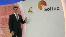 El consejero delegado de Soltec, Raúl Morales, toca la campana de su debut en bolsa.