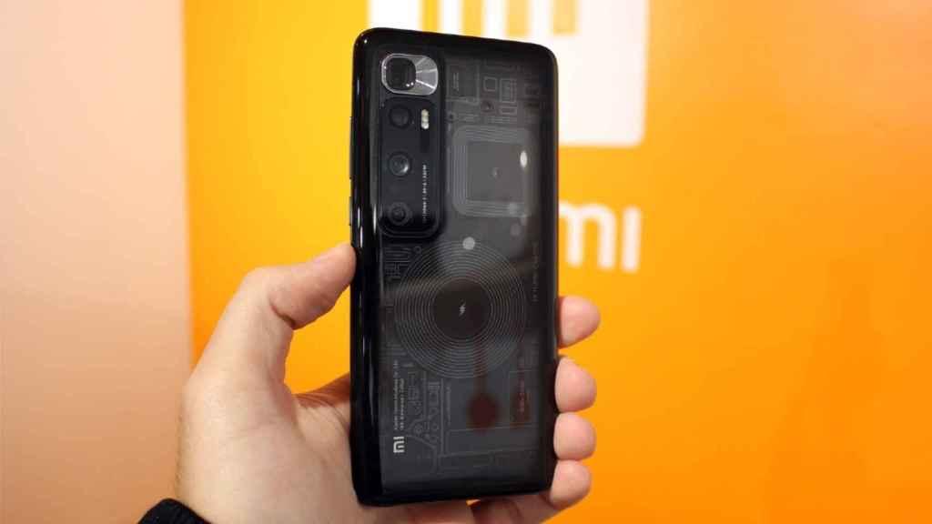 La trasera transparente permite ver los componentes internos del móvil.